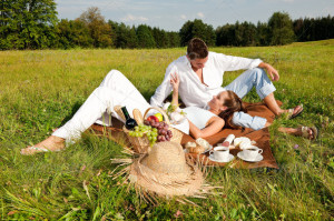 Picnic_-_Romantic_couple_in_spring_nature